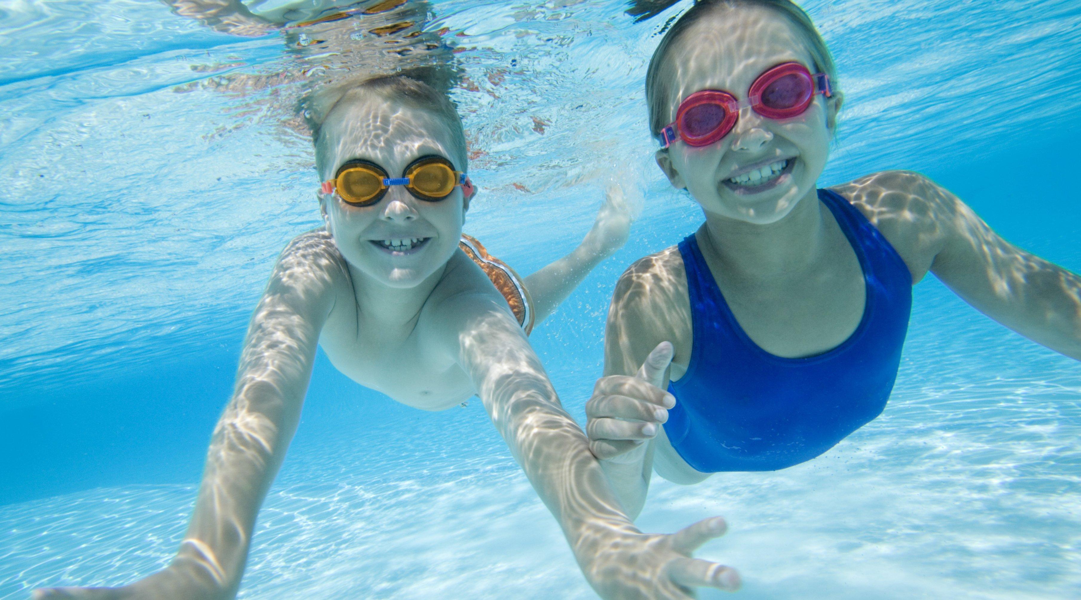 Normas b sicas para los ni os en la piscina revista vive for Piscina bebe con parasol