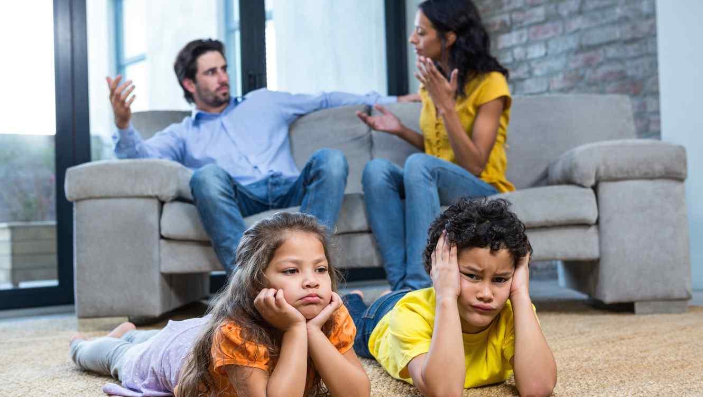 Resultado de imagen para padres discutiendo frente a hijos